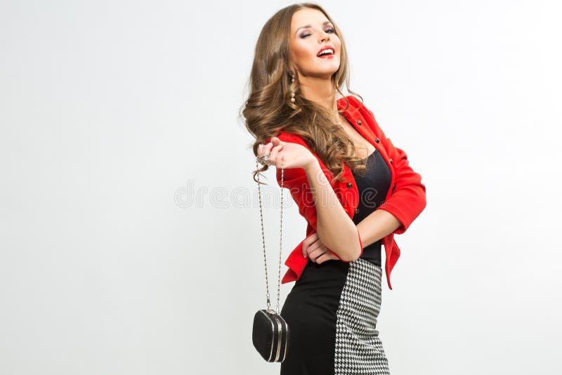Mujer elegante de moda en entregar rojo elegante del equipo y del sombrero fotografía de archivo libre de regalías