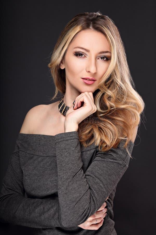 Mujer elegante del maquillaje hermoso con el lookin largo del estilo de pelo rizado imágenes de archivo libres de regalías