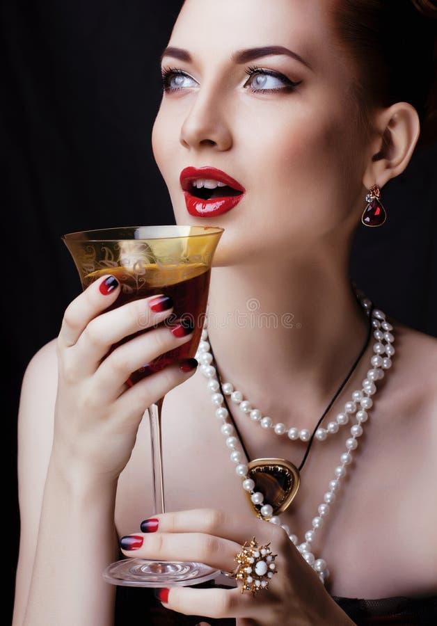 Mujer elegante del pelirrojo de la belleza con el peinado y imagenes de archivo