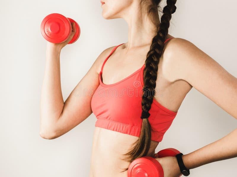 Mujer elegante durante ejercicios con pesas de gimnasia foto de archivo libre de regalías