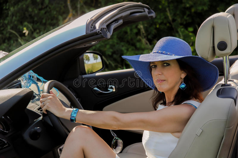 Mujer elegante en coche imagen de archivo