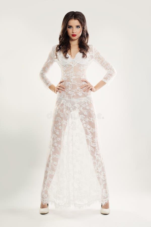Mujer elegante en el vestido blanco del cordón foto de archivo