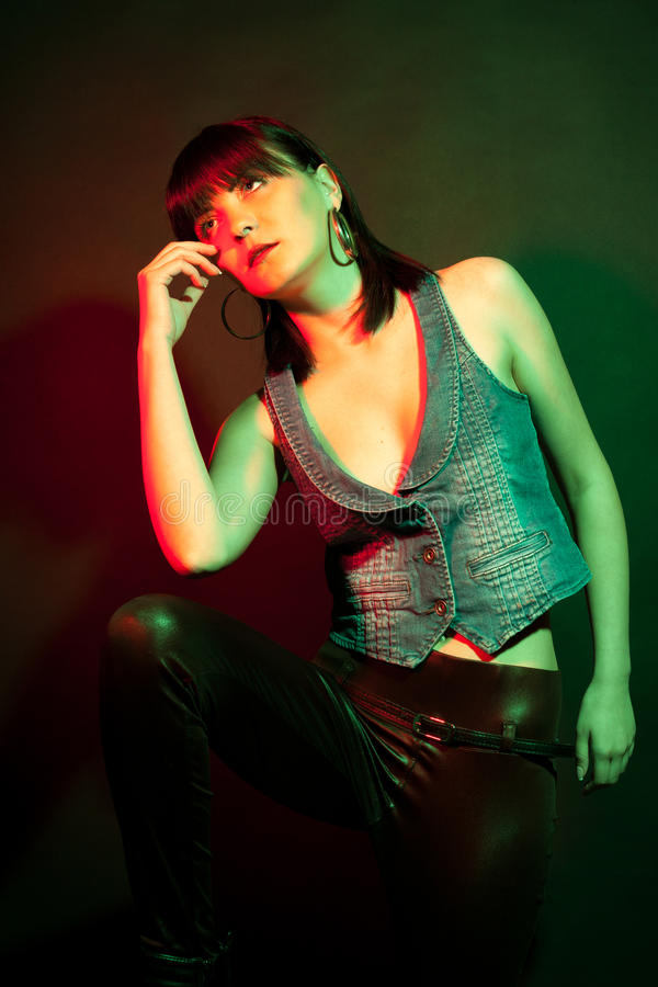f97ee220766b Mujer elegante en los pantalones de cuero en luz roja y verde imagen de  archivo