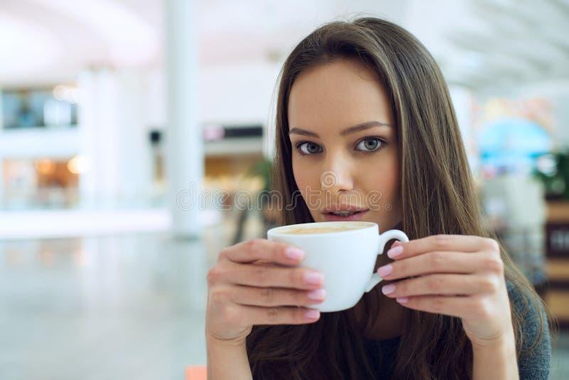 Mujer elegante en un descanso para tomar café imagen de archivo