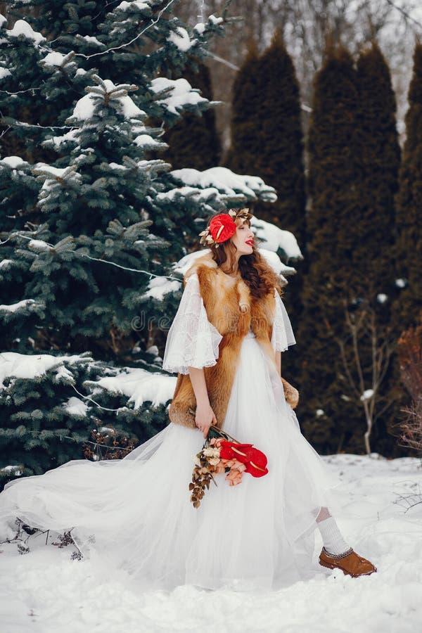 Mujer elegante en un vestido blanco largo imagen de archivo