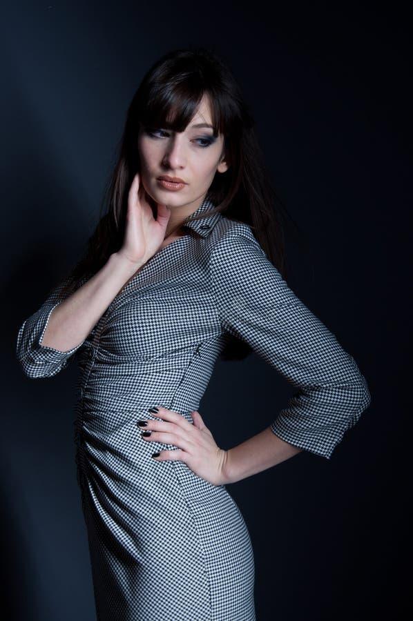 Mujer elegante en vestido comprobado fotos de archivo