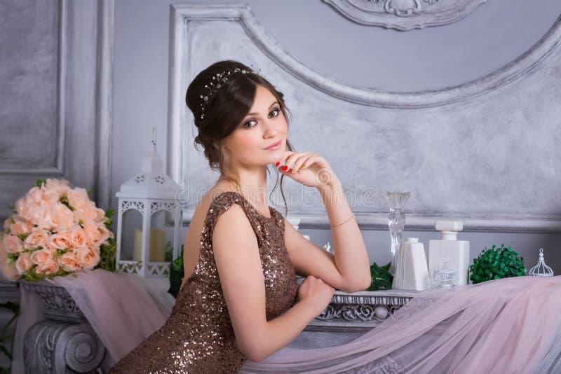 Mujer elegante en vestido de noche fotos de archivo libres de regalías