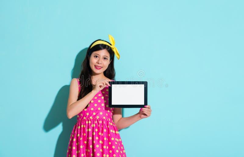 Mujer elegante feliz que sostiene la tableta digital móvil imágenes de archivo libres de regalías