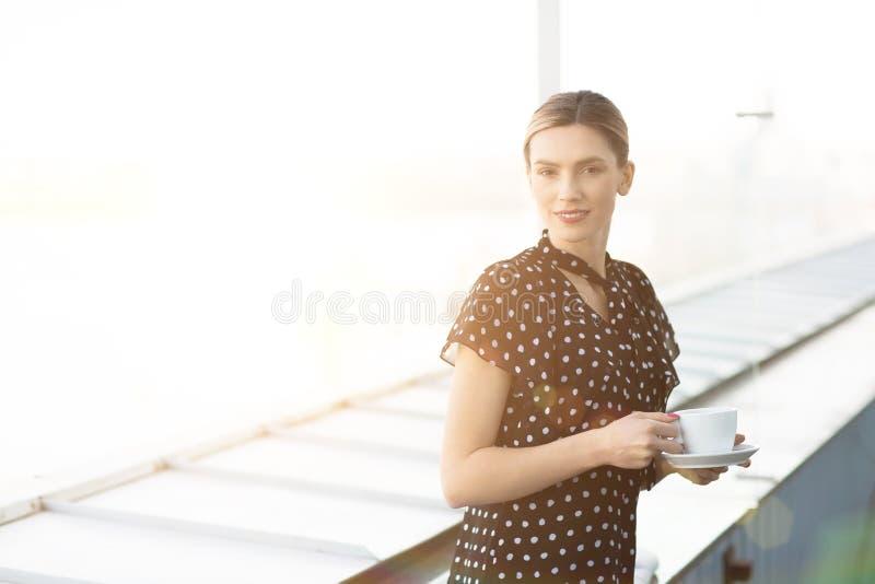 Mujer elegante hermosa con la taza de café fotos de archivo libres de regalías