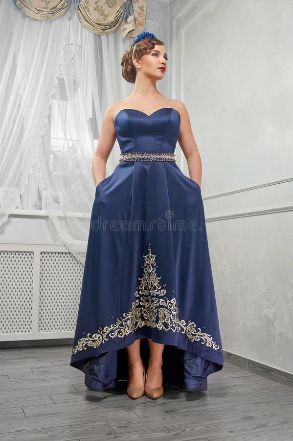 Mujer elegante, hermosa, de moda, muchacha, morenita en un largo imagen de archivo libre de regalías