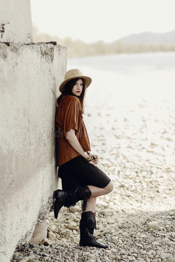 Mujer elegante hermosa del boho con el sombrero, bolso de cuero, ponch de la franja imagenes de archivo
