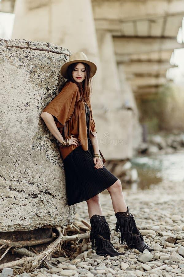 Mujer elegante hermosa del boho con el sombrero, el poncho de la franja y las botas imágenes de archivo libres de regalías