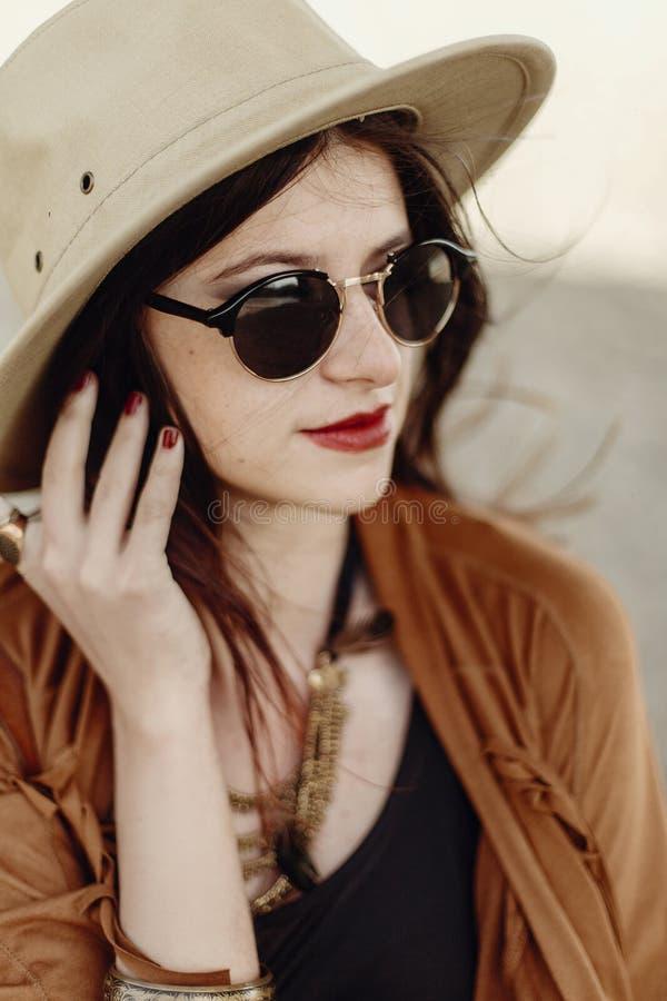 Mujer elegante hermosa del boho en las gafas de sol y el sombrero, ponch de la franja imagen de archivo