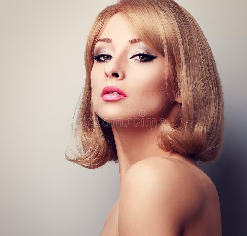Mujer elegante hermosa del maquillaje con el peinado corto rubio entonado imagen de archivo