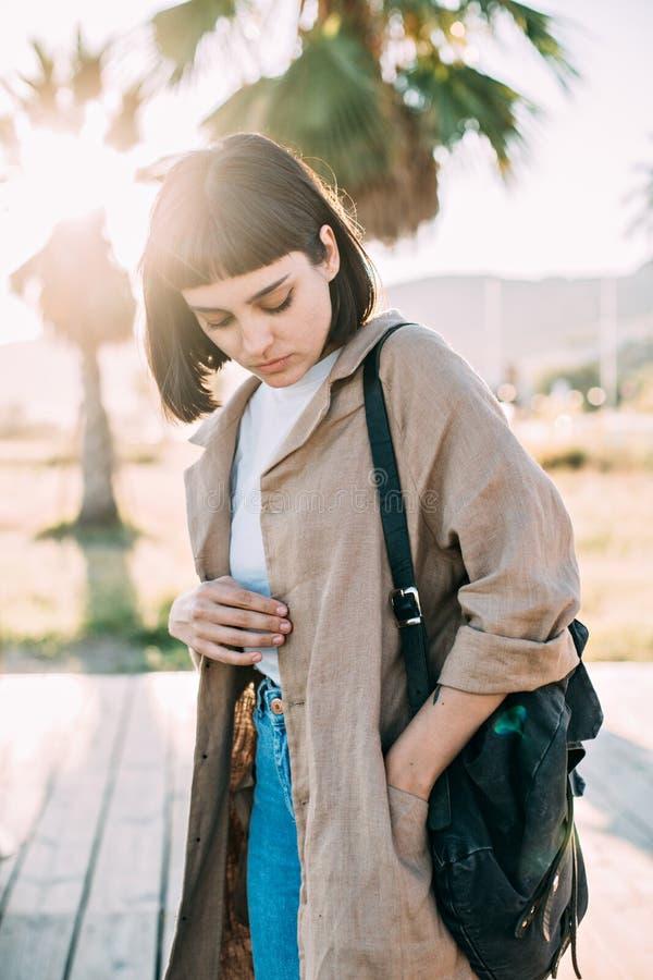 Mujer elegante hermosa en capa del algodón fotografía de archivo libre de regalías