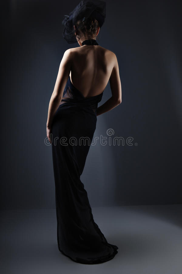 Mujer elegante hermosa en una alineada larga fotografía de archivo
