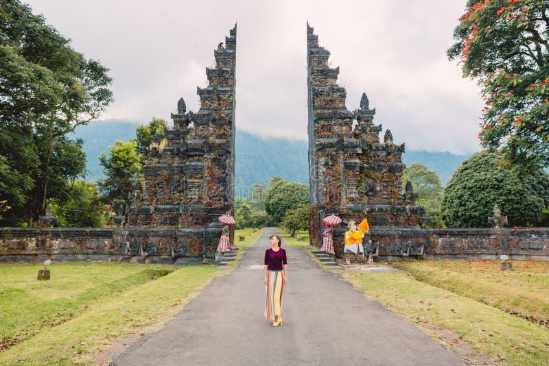 Mujer elegante joven con arquitectura del Balinese de la tradición en Bali imágenes de archivo libres de regalías
