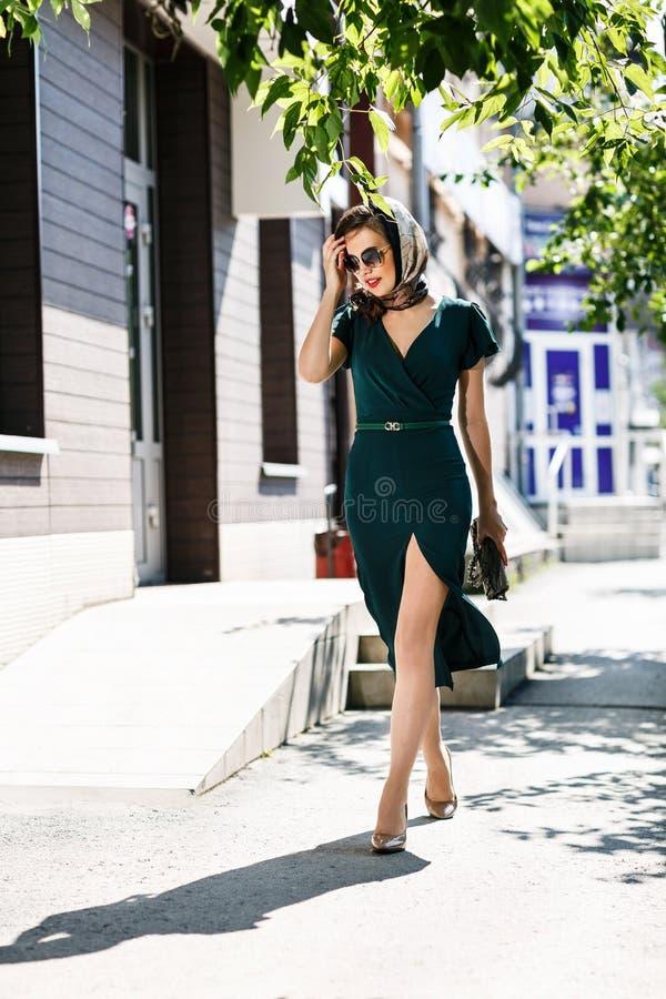 Mujer elegante joven en gafas de sol fotos de archivo