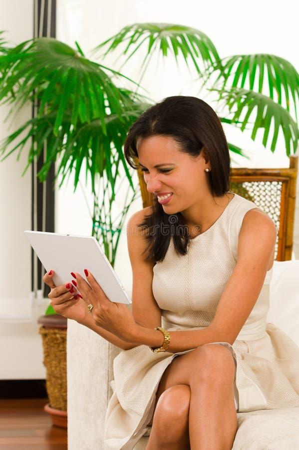 Mujer elegante joven hermosa que sostiene un digital imágenes de archivo libres de regalías