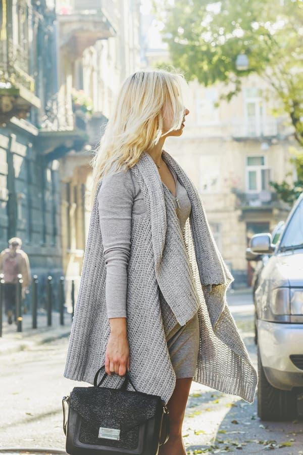 Mujer elegante joven que camina en la calle de la ciudad imagen de archivo libre de regalías
