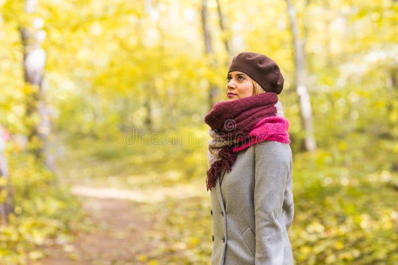 Mujer elegante joven que camina en parque del otoño fotografía de archivo