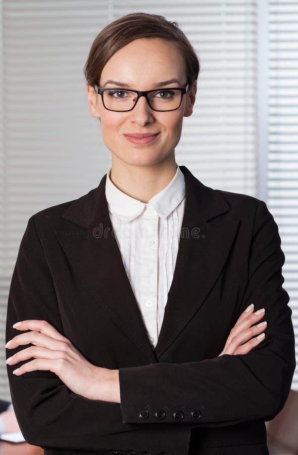 Mujer elegante joven que trabaja en oficina foto de archivo