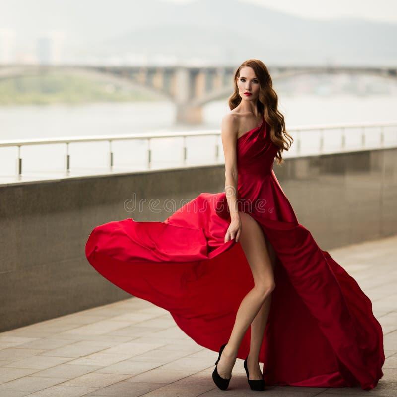 Mujer elegante magn?fica en vestido de noche rojo imágenes de archivo libres de regalías