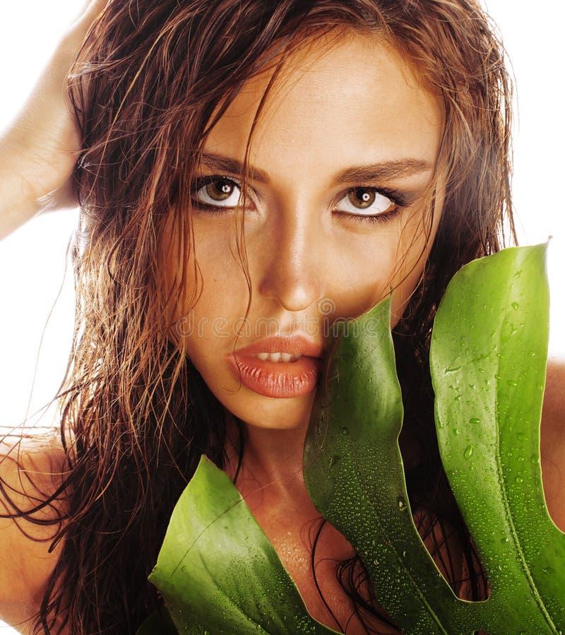 Mujer elegante morena joven con la hoja verde en cierre del blanco encima de la cara asiática imagen de archivo libre de regalías