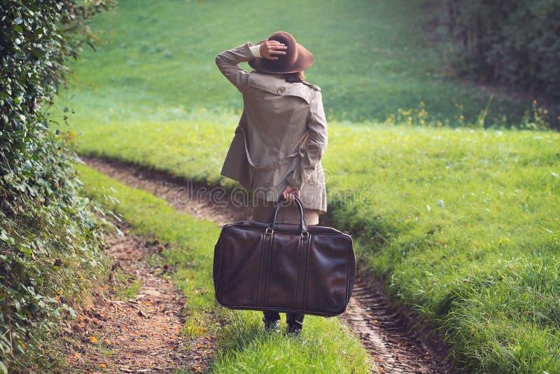 Mujer elegante perdida en una carretera nacional imágenes de archivo libres de regalías