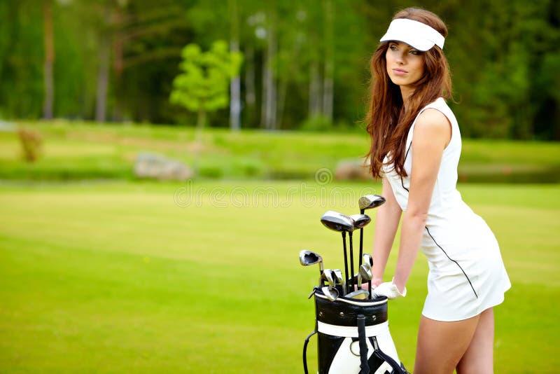Mujer elegante que juega a golf fotos de archivo libres de regalías