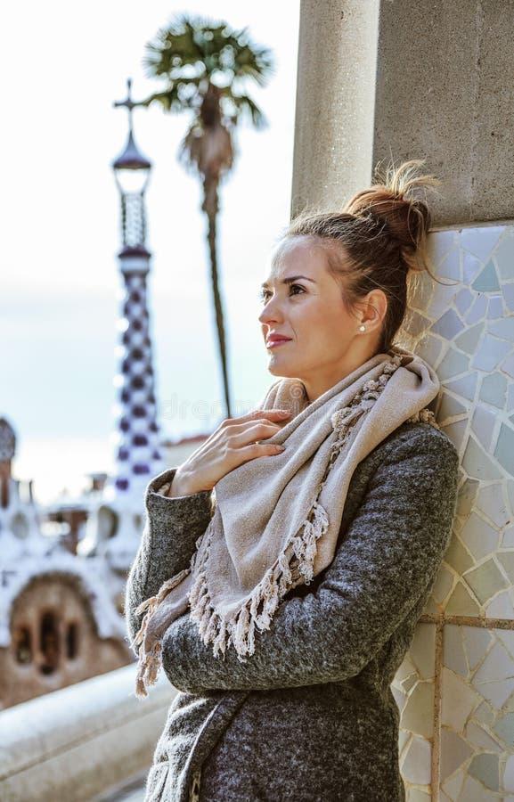 Mujer elegante que se coloca en Barcelona, España en invierno fotos de archivo