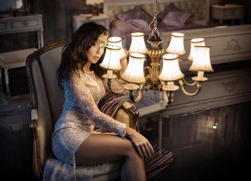 Mujer elegante que sostiene una lámpara antigua foto de archivo libre de regalías