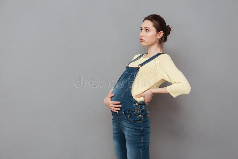 Mujer embarazada aburrida imagen de archivo libre de regalías