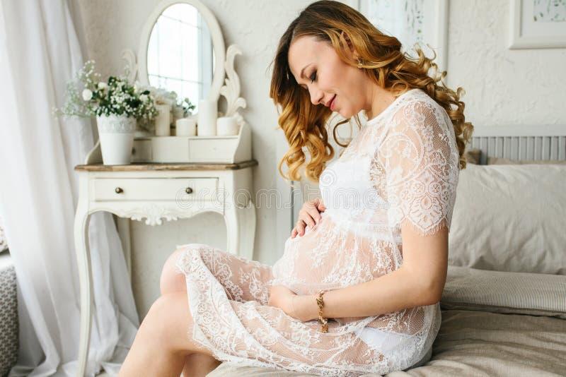 Mujer embarazada adulta hermosa Esperar al bebé Embarazo Cuidado, dulzura, maternidad, parto fotos de archivo