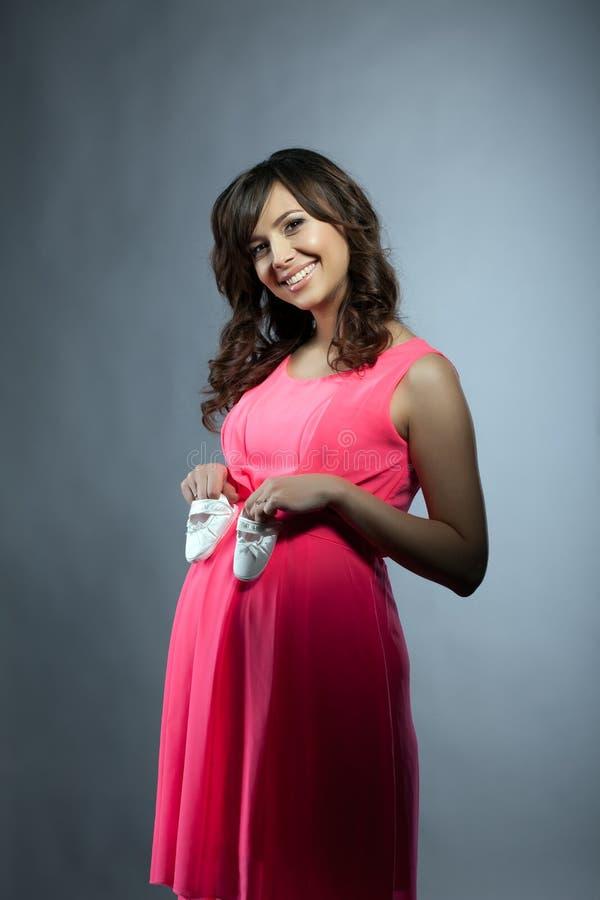 Mujer embarazada atractiva que presenta en vestido elegante fotografía de archivo libre de regalías