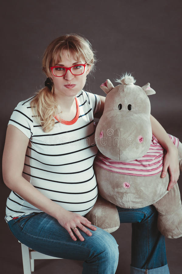 Mujer embarazada con el juguete suave fotografía de archivo libre de regalías