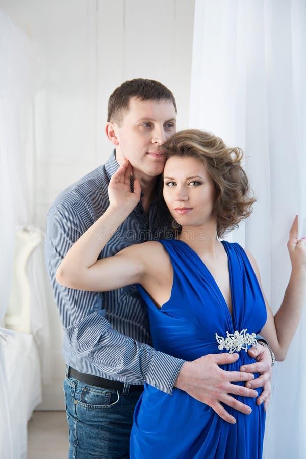 Mujer embarazada con el marido Pareja foto de archivo