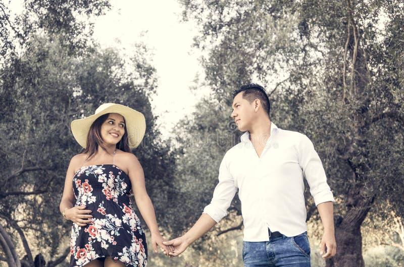 Mujer embarazada con el marido que mira uno a y la risa imágenes de archivo libres de regalías