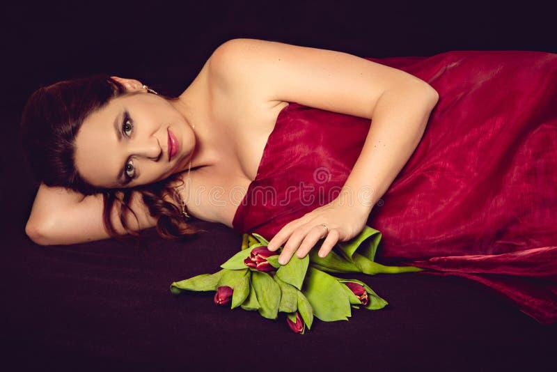 Mujer embarazada con el ramo de los tulipanes fotos de archivo libres de regalías
