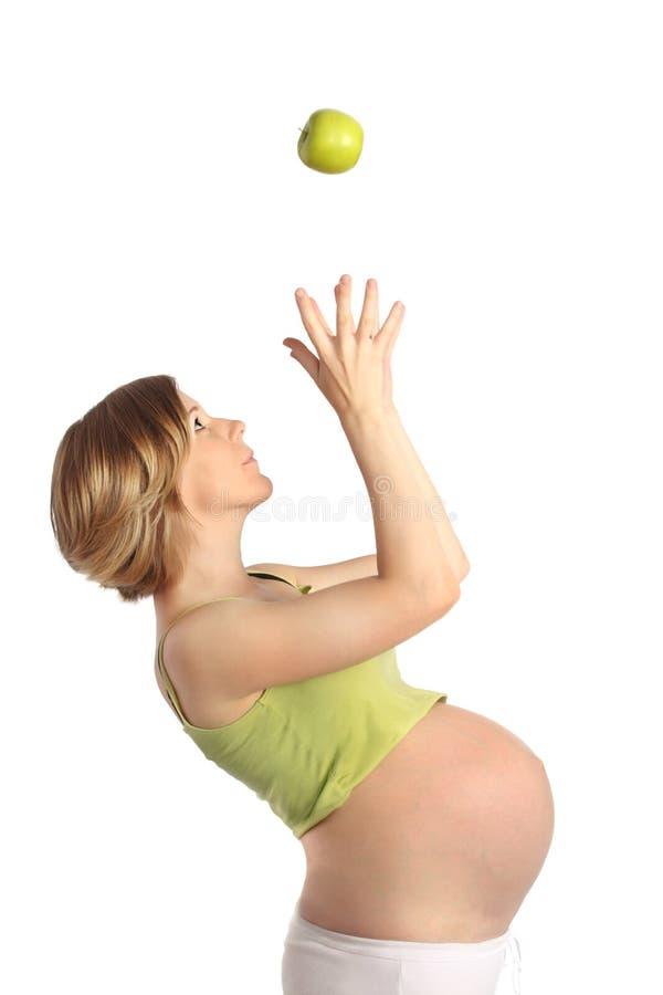 Mujer embarazada con la manzana foto de archivo libre de regalías