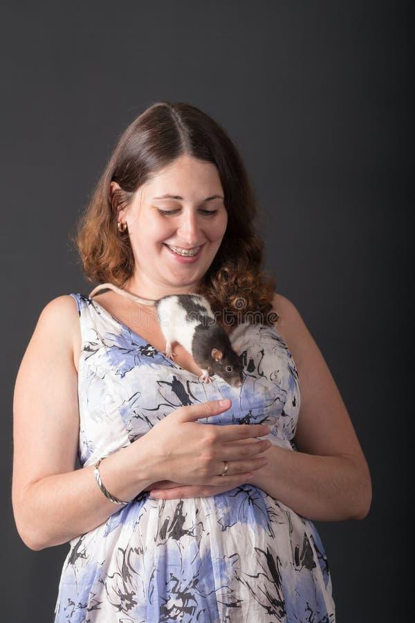 Mujer embarazada con la rata del animal doméstico imagen de archivo