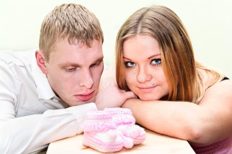 Mujer embarazada con su marido foto de archivo libre de regalías