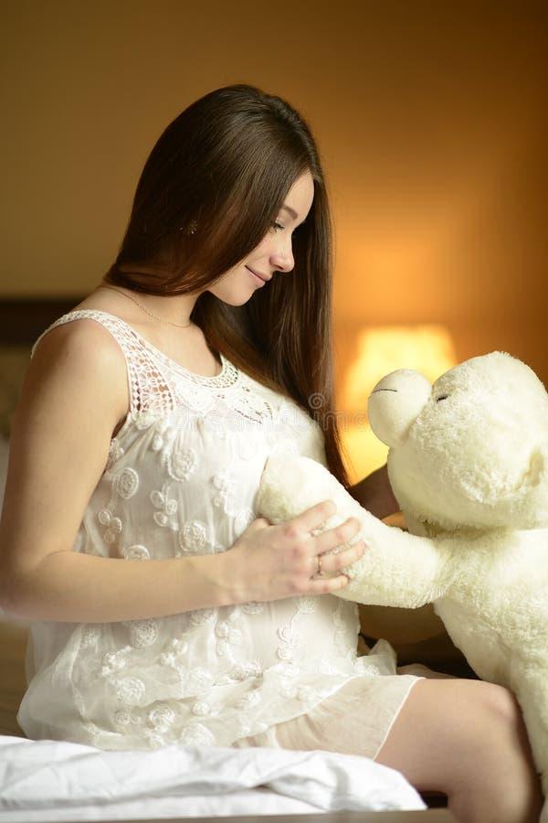 Mujer embarazada de los jóvenes foto de archivo