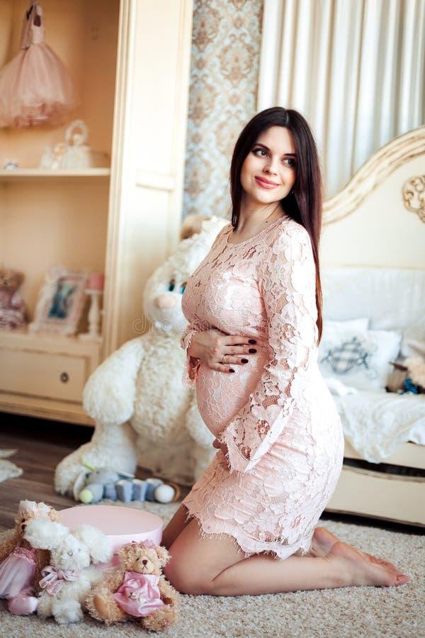 Mujer Embarazada De Los Jóvenes En Un Vestido Rosado Blando En El ...
