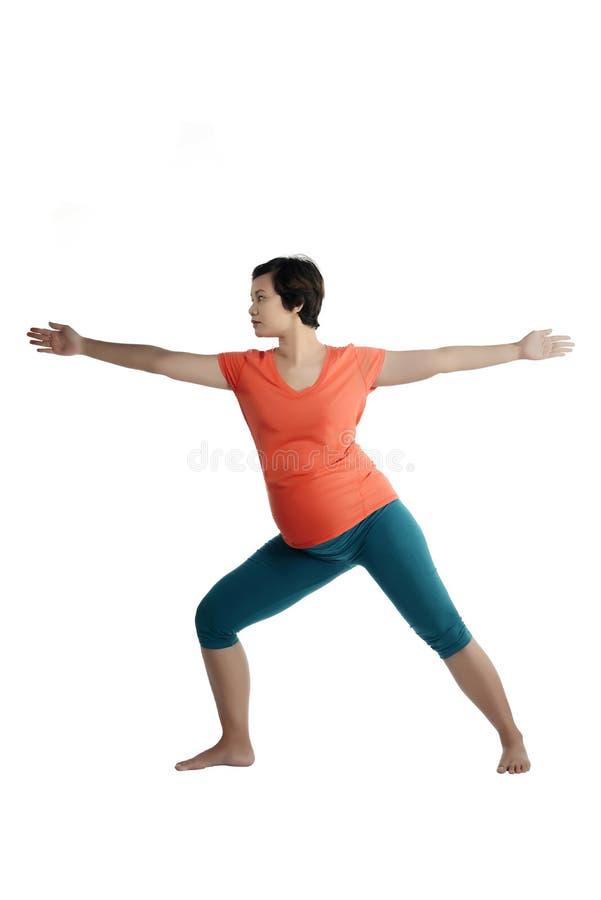 Mujer embarazada del asiático que hace yoga fotos de archivo libres de regalías