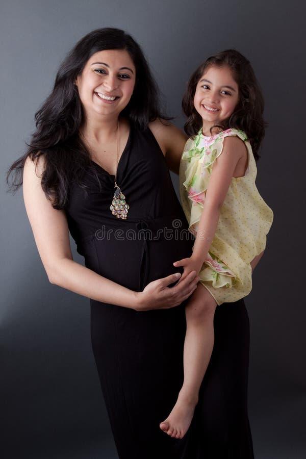 Mujer embarazada del indio con su hija imagen de archivo libre de regalías