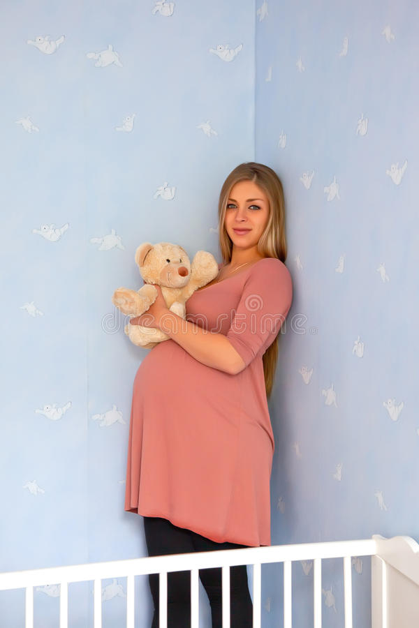 Mujer embarazada en casa imágenes de archivo libres de regalías