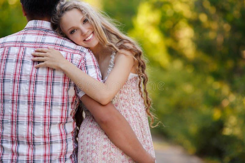 Mujer embarazada en el parque con un marido agradable imagen de archivo libre de regalías