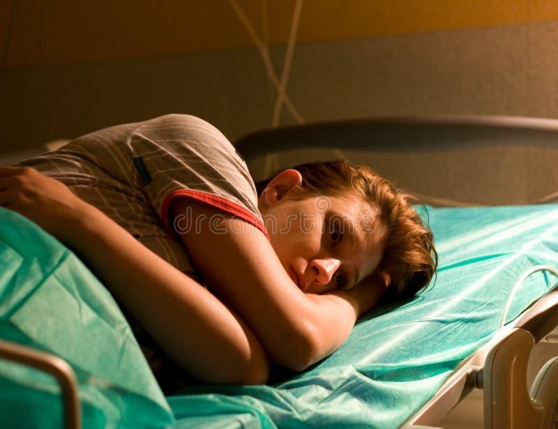 Mujer embarazada en hospital imagen de archivo libre de regalías