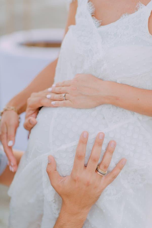 Mujer embarazada en la alineada blanca fotografía de archivo